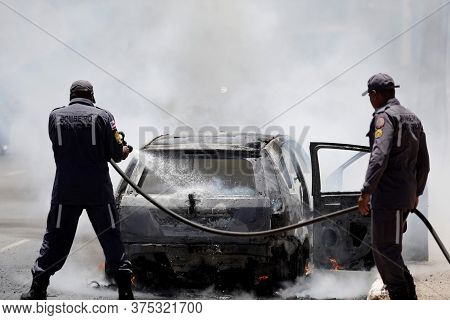 Salvador, Bahia / Brazil - January 30, 2019: Members Of The Fire Brigade Are Seen Putting Out A Fire