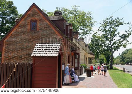 Williamsburg, Virginia, U.s.a - June 30, 2020 - The View Of The Street With The Tour Guides And Visi