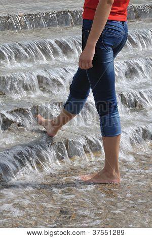 schlank Woman Beine in Wasserkaskade