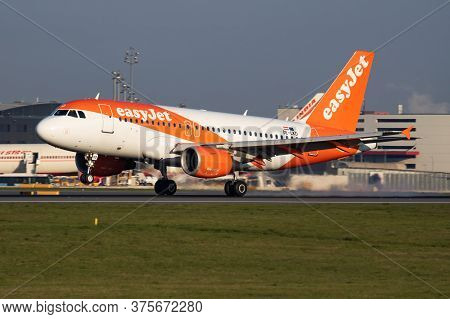 Vienna / Austria - April 18, 2019: Easyjet Airbus A319 Oe-lkd Passenger Plane Arrival And Landing At