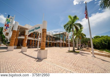 Fort Myers, Fl, Usa - July 8, 2020: Beautiful Colorful Photo Cornog Plaza Fort Myers Fl