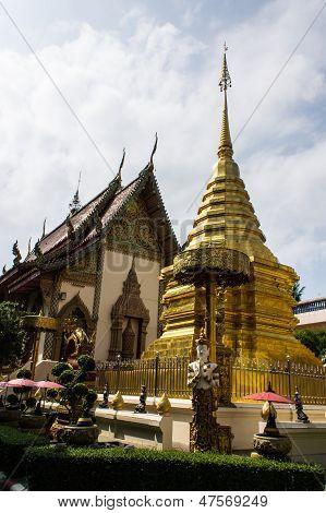Ubosot e Chedi em Wat Sri Don lua, Tailândia Chiangmai
