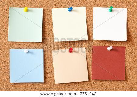 Notizbrett Papiere auf Kork