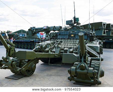 Tank with mine trawl