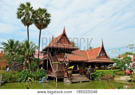 The architecture of the masters of Thailand amazes with its exquisite architectural beauty, the temple is decorated with flowers, a beautiful pond and a lake, and secret signs and truthful inscriptions on the wall call pilgrims to learn the mystical knowl