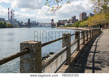 Roosevelt Island park and a bridge to Manhattan