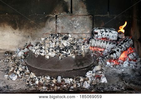 Charcoal Grill / Meat is stewed in dishes, buried by burning coals