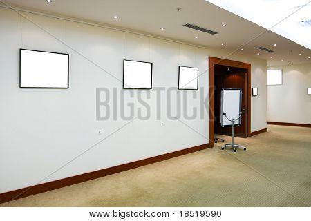 moderne Halle mit weißen Plakaten