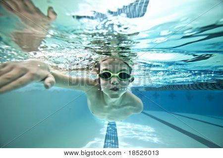 Unterwasser Schuss jungen Schwimmen Runden im pool