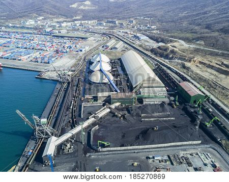 Work in port coal handling terminal Closed type .