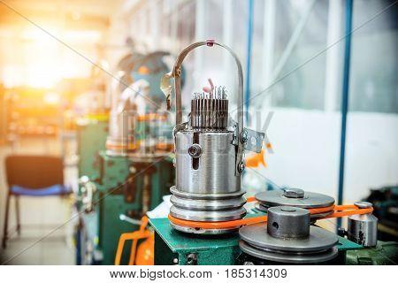 Mechanism for making metal braiding. Machine for braiding a metal sleeve of large diameter.