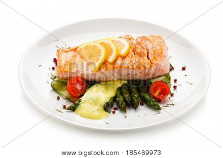 Grilled salmon with asparagus in béchamel sauce