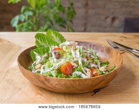 Ensalada cesar con pollo y frutos secos. Caesar salad with chicken and nuts.