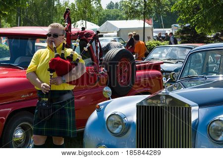 Paaren Im Glien, Germany - May 19: Piper Plays The Great Highland Bagpipe Near The Car Rolls-royce S