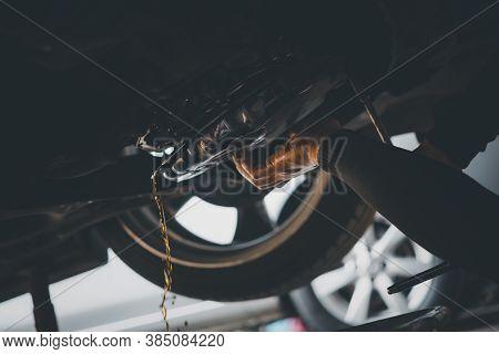 Car Mechanic Drain Automatic Transmission Fluid