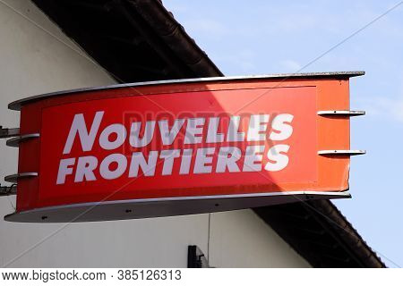 Bordeaux , Aquitaine / France - 09 01 2020 : Nouvelles Frontieres Logo And Text Sign Front Of Travel