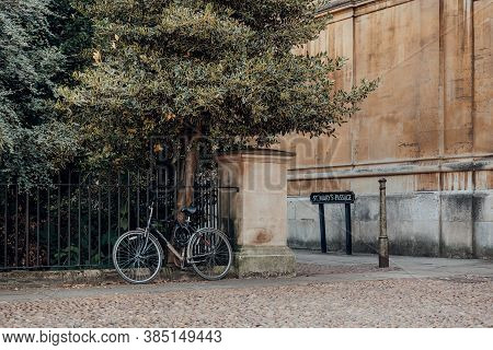 Oxford, Uk - August 04, 2020: Bicycle Parked Against The Metal Fence In Oxford, Uk. Cycling Is A Pop
