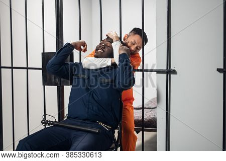 A Dangerous Maniac Attacks A Black Warden From His Solitary Cell In Order To Escape