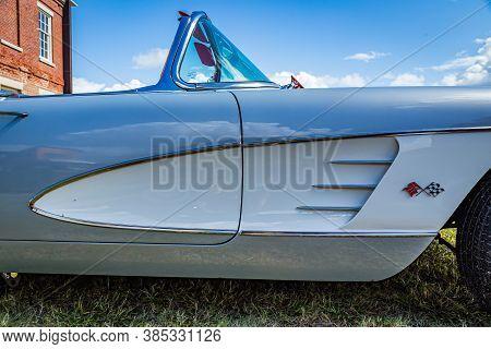 Fernandina Beach, Fl / Usa - September 22, 2018: 1960 Chevrolet Corvette Convertible At A Car Show A