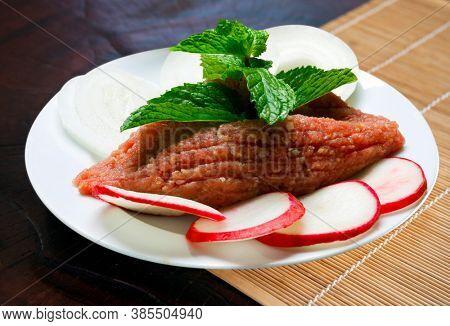 Raw kebab with mint, radish and onion rings - Raw Quibe