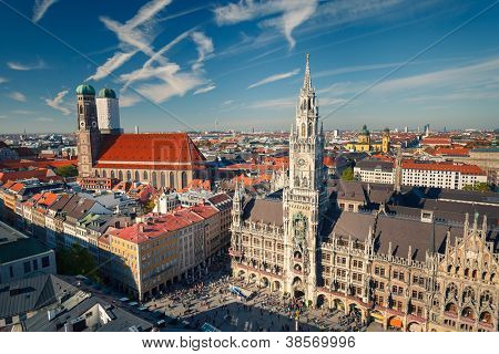 Vista aérea de Munchen: Marienplatz, nuevo Ayuntamiento y Frauenkirche