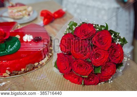 Red Round Cake. Red Flowers On The Cake. Red Rose On The Cake . Red Roses Wedding Bouquet .
