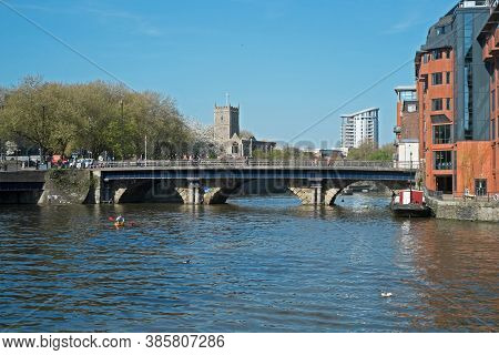 Bristol, Uk - April 23, 2015: Bristol Bridge And The Floating Harbour