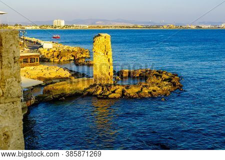 Acre, Israel - September 14, 2020: View Of The Wall Remains And The Coast, With Visitors, In The Old