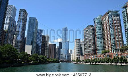 Вид реки Чикаго, с Международный отель и башня Трампа