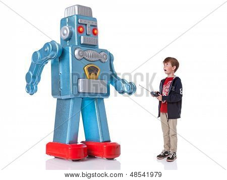 Um jovem rapaz, controlando um robô mecânico gigante, isolado em um fundo branco.