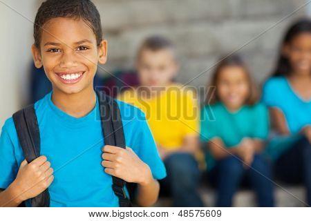 fröhlich Afroamerikaner Grundschule junge mit Rucksack