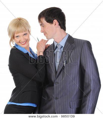 Hermosa mujer rubia abrazando a un hombre en el traje.