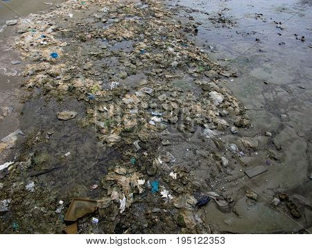 The problem of environmental waste on the beach affects the environment and the tourism industry such as the plastic garbage on the beach