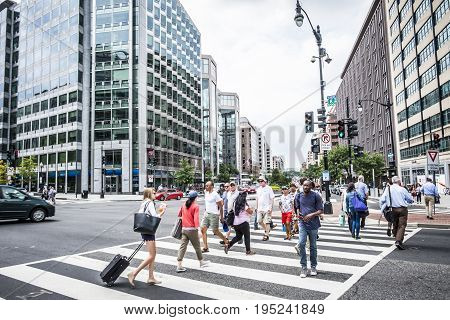 Washington DC, June 2017, United States: a crowd of people crossing a city street at the pedestrian crossing nella downtown di Washington DC