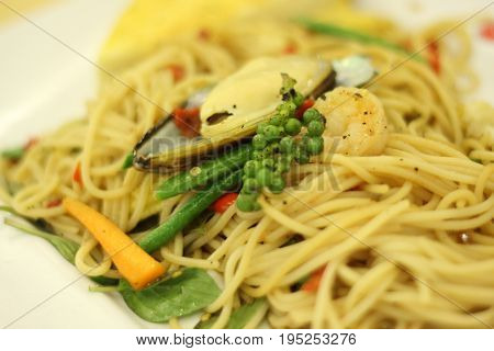 Spagetti seafood with mussels and spicy herbs.