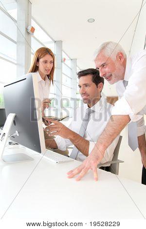 Lavoratori di ufficio con manager in un incontro