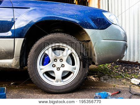 Blue car with 4 pot brake caliper and perforated brake discsb