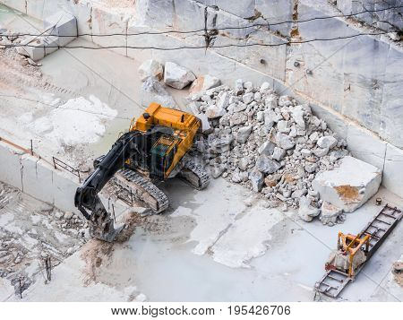 Extraction of marble blocks with the aid of a large mechanical shovel equipped with crawler tracks