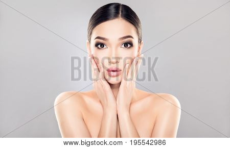 Shocked  and surprised  asian girl screaming  presenting  your product . Oriental woman amazed . Expressive facial expressions . Cosmetology , beauty  and spa .