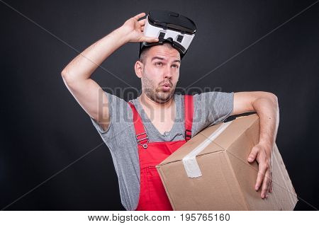 Mover Guy Holding Box Putting Out Vr Glasses