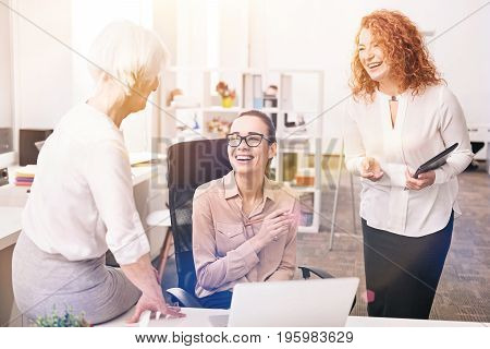 This is hilarious. Joyful positive brilliant ladies talking to each other and laughing at the joke their colleague explaining them