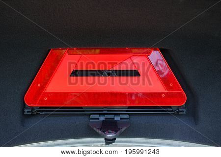 The emergency sign lies in the trunk.