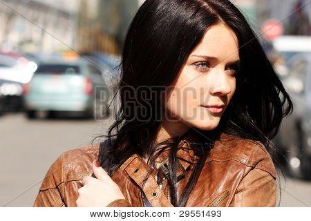 Portret van de city girl in bruin een leer tot een jas