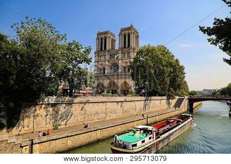 Paris Paris / Fance - 08 21 2012: Kathedrale Notre-dame De Paris