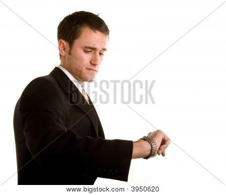 Hombre con traje comprobación reloj interesado
