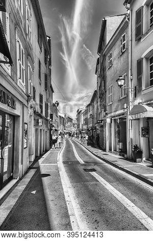 Saint-tropez, France - August 16: Walking In The Picturesque Streets Of Saint-tropez, Cote D'azur, F