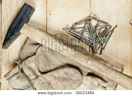 Jahrgang Hammer mit Nägeln auf Holz-Hintergrund