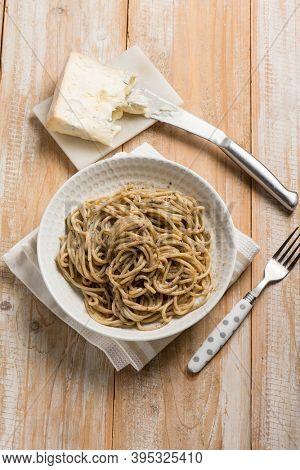 spaghetti with gorgonzola and black olives sauce