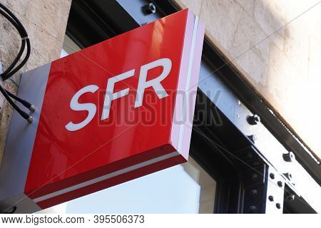 Bordeaux , Aquitaine / France - 11 11 2020 : Sfr Store Sign And Red Logo Of French Phone Operator Sh