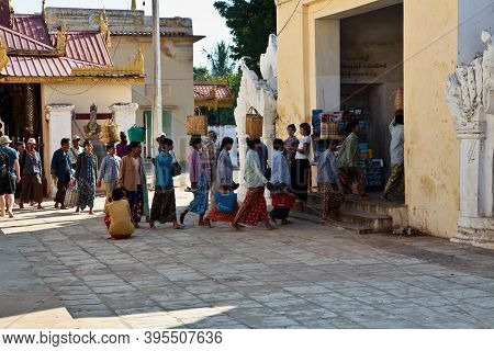 Bagan, Myanmar - Nov 14, 2019: Burmese People In The Golden Shwezigon Pagoda Or Shwezigon Paya In Ba